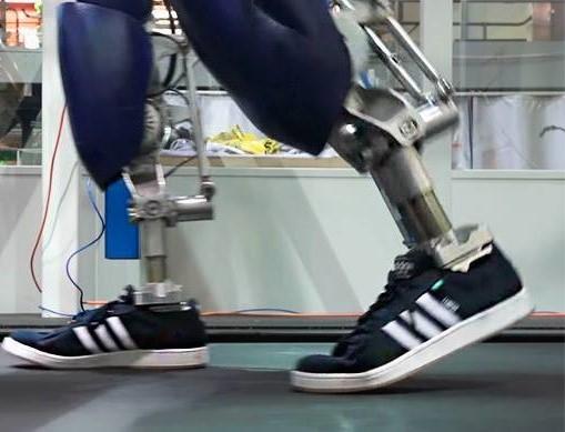<center><b>Американцы научили робота ходить в кедах</center></b>