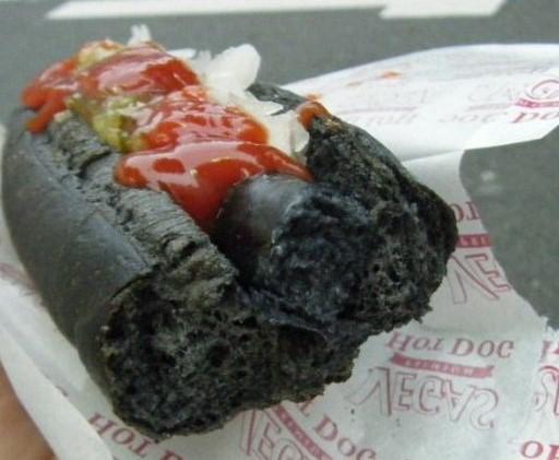 <center><b>Японцы придумали хот-доги с углём</center></b>