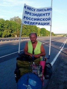 <center><b>Житель Саратова пешком несет письмо Путину</center></b>