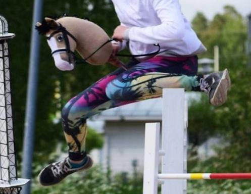 Девочки из Финляндии скачут на игрушечных конях (видео)