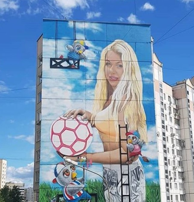 Москвич нарисовал свою жену на 12-этажке