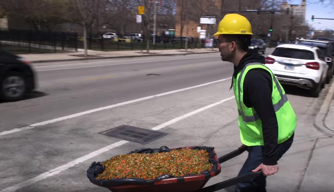 Американский комик отремонтировал дорогу огурцами