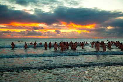 Сотни голых британцев нырнули в ледяное море