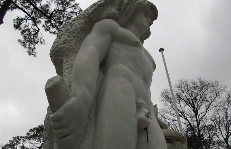 <center><b>Статуе Геракла сделают съемный протез</center></b>