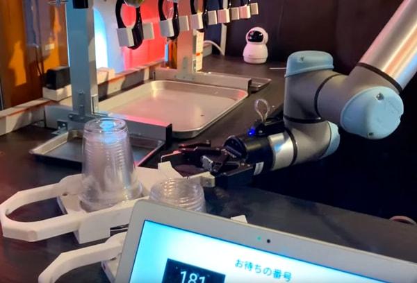 Робот-бармен обслуживает японцев прямо на железнодорожной станции