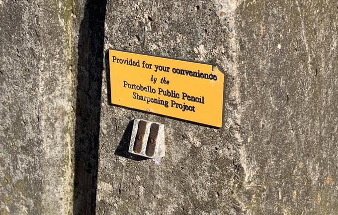 В Шотландии на улицах таинственно появляются точилки для карандашей
