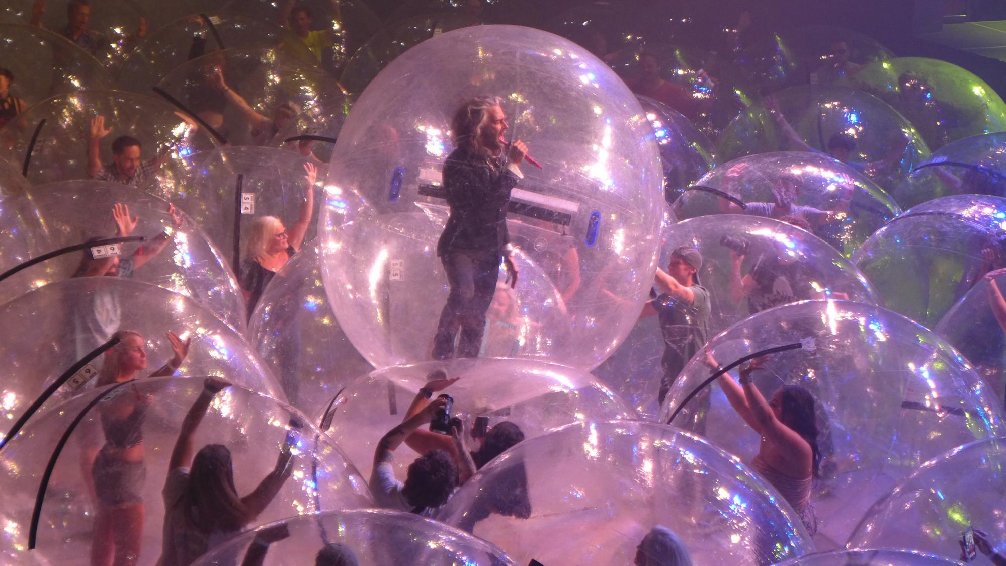В США прошел концерт в пузырях