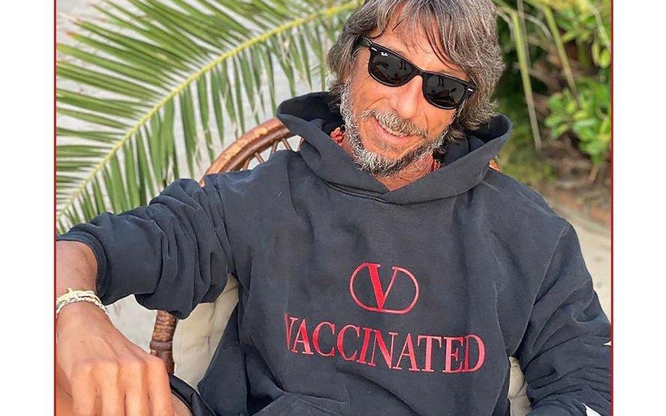 Итальянские модельеры представили толстовки для вакцинированных