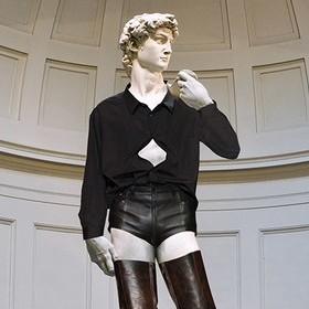 <center><b>Фэшн-блогеры одели статую Давида</center></b>